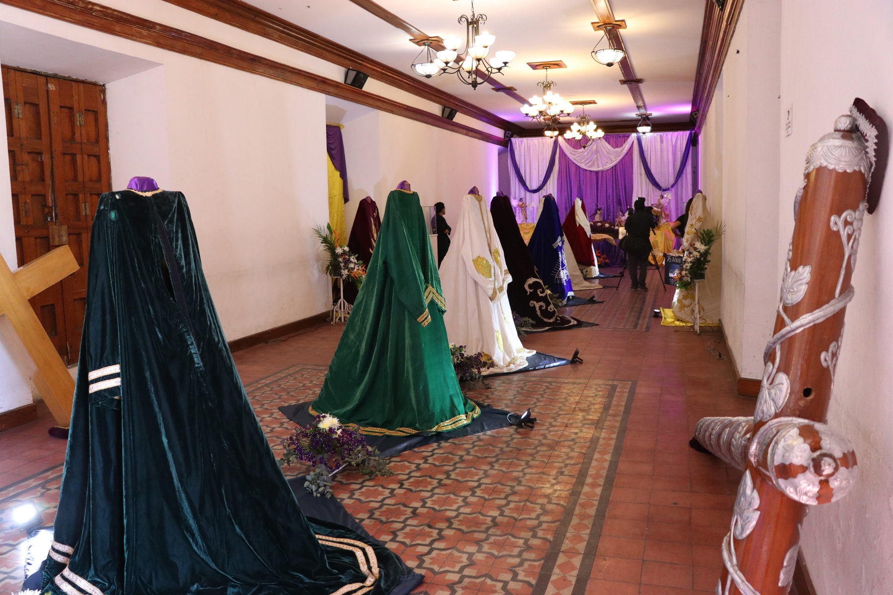 Túnicas de Justo Juez se exponen en Casa No´j. (Foto Prensa Libre: María Longo)