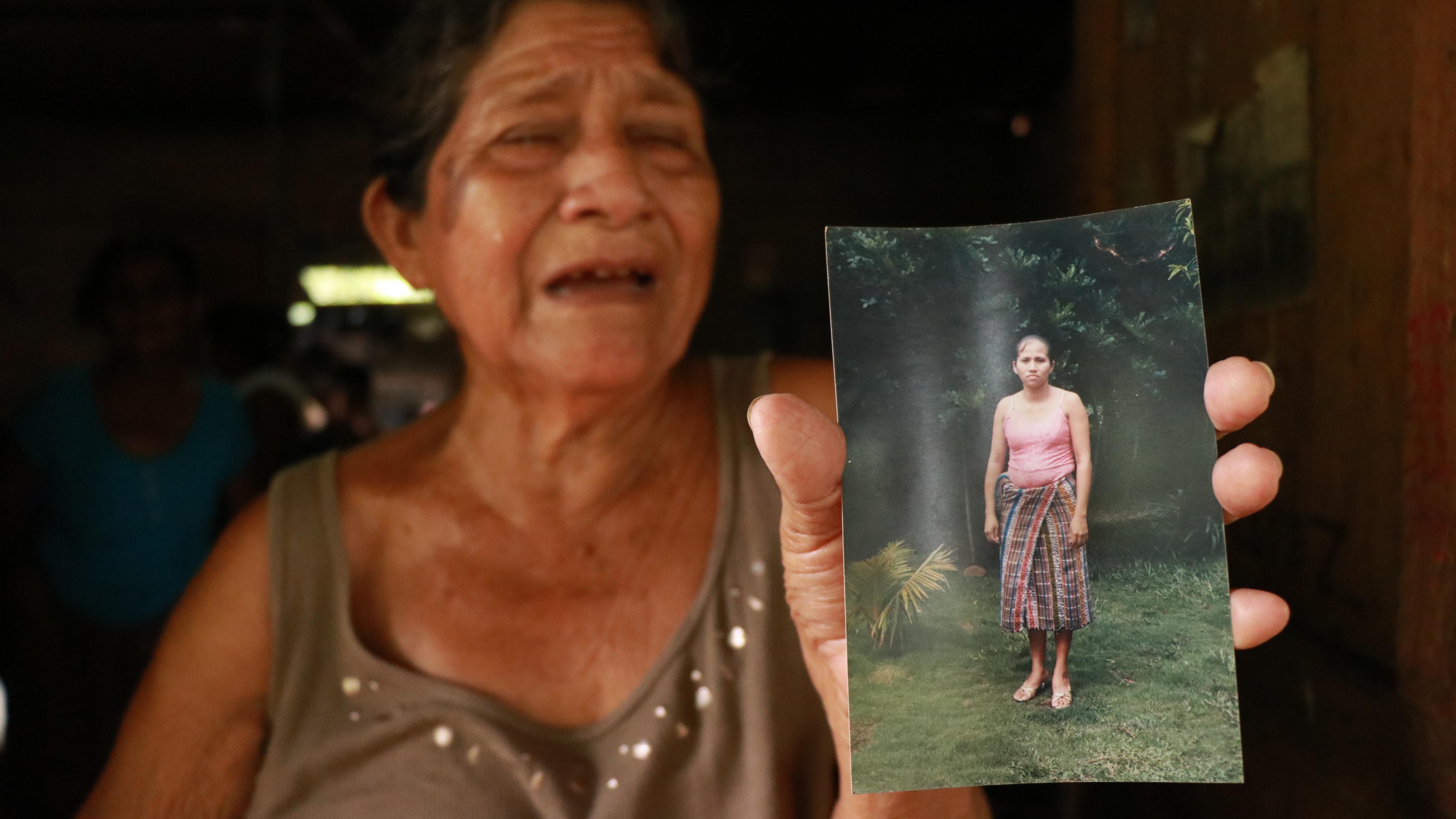 Anastasia Tolcha sostiene la foto de su hija Felipa Tolcha, una de las fallecidas. (Foto Prensa Libre: Cristian Soto).