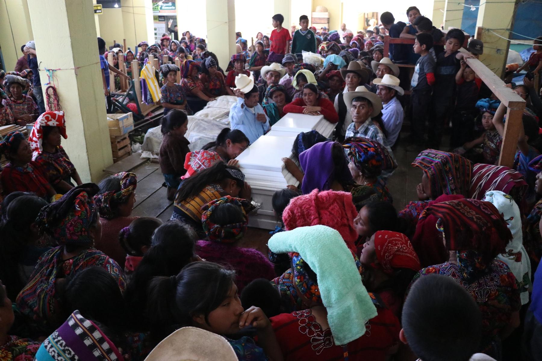 Familiares y amigos de la joven la despidieron en el mercado donde vendía flores.  (Foto Prensa Libre: María Longo)