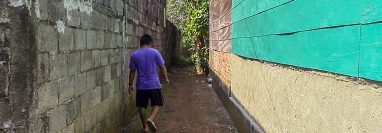 Vecino camina junto a muro perimetral que podría colapsar en Retalhuleu: (Foto Prensa Libre: Rolando Miranda).
