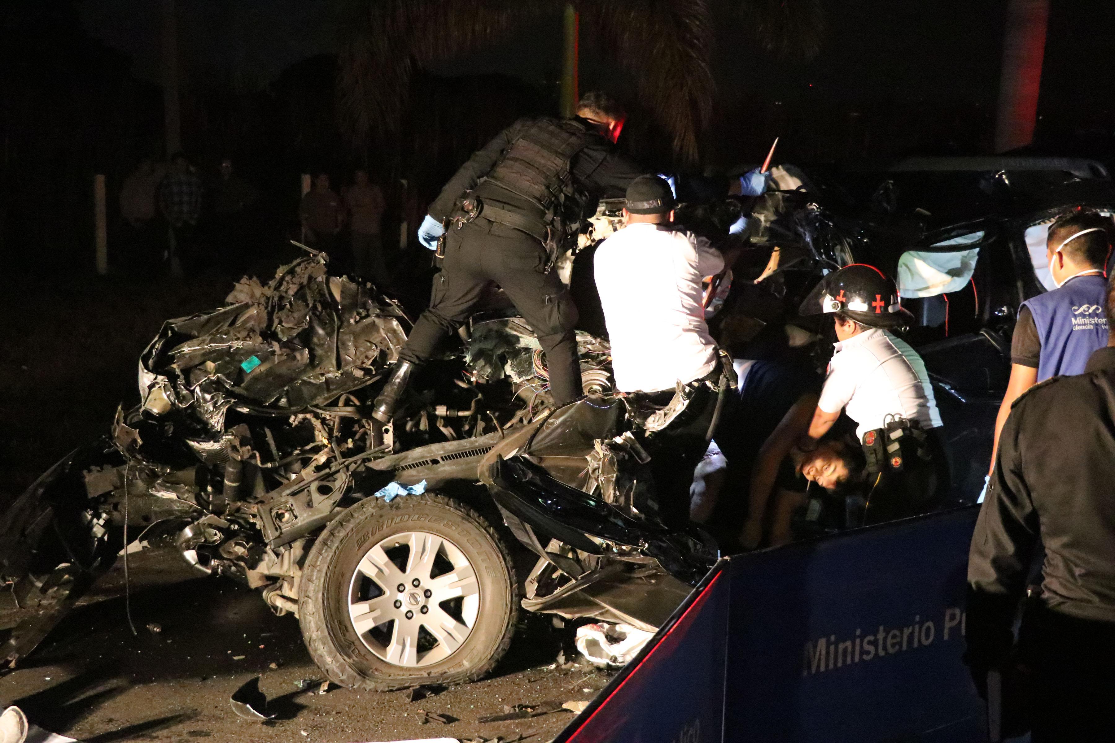Apoyados con herramientas socorristas  rescatan el cuerpo de Leonardo Castillo. (Foto Prensa Libre: Enrique Paredes)