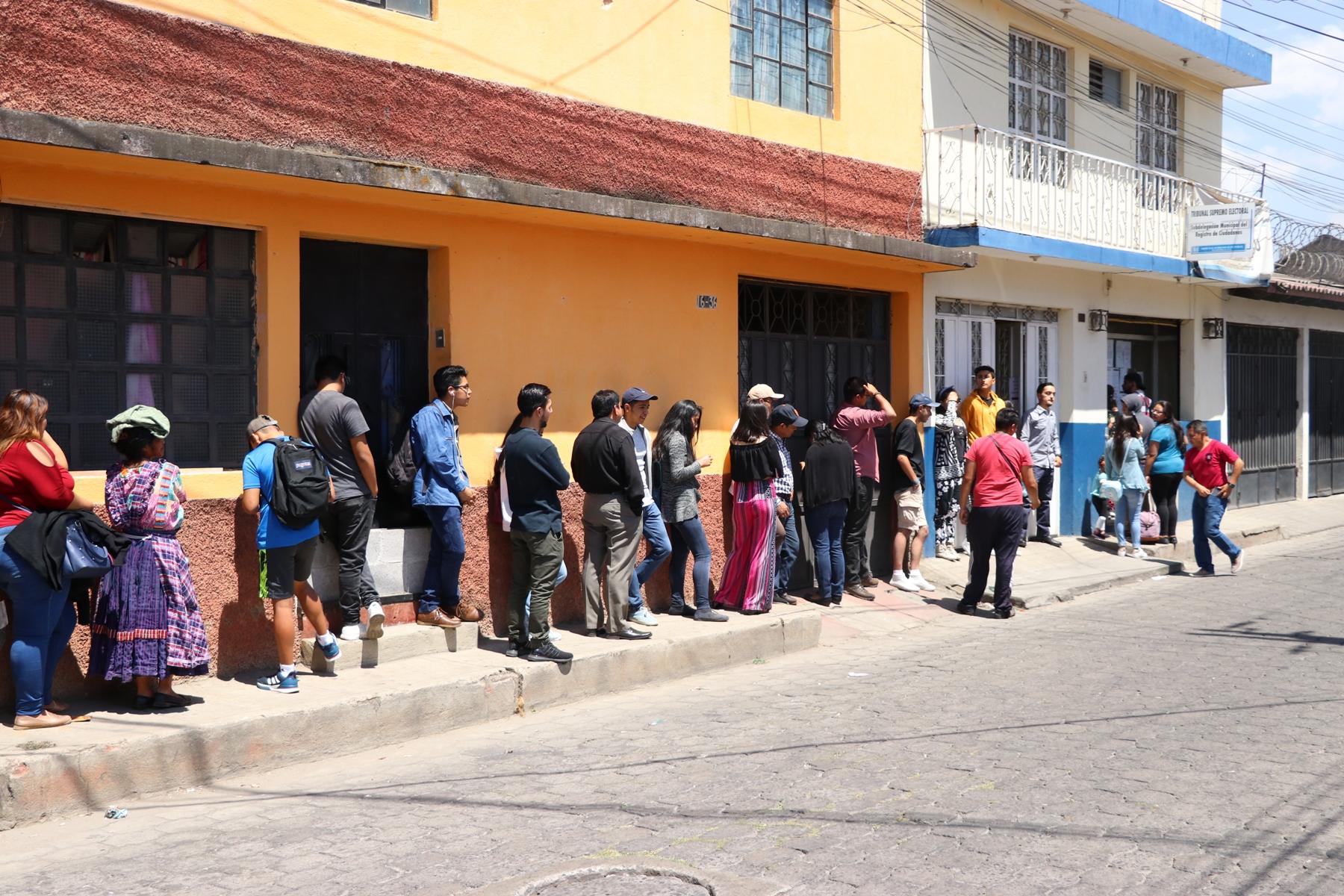 Vecinos acudieron a la 6a. calle, zona 1 de Xela donde esta ubicada la  sede del Registro de Ciudadanos. (Foto Prensa Libre: María Longo)
