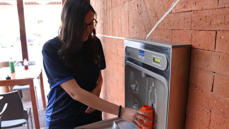 Universitaria utiliza el llenabotellas implementado este año. (Foto Prensa Libre: María Longo)
