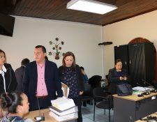 Fiscales del MP y abogados de la defensa permanecen en la sala donde se llevó a cabo la audiencia por el caso de los médicos. (Foto Prensa Libre: Julio Sicán).