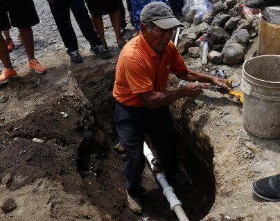 Un vecino de San Pedro Las Huertas coloca una llave de paso para que vecinos de la zona alta de la aldea cuenten con el servicio. (Foto Prensa Libre: Julio Sicán).
