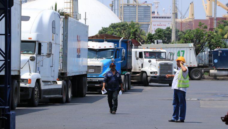 Las nuevas normas rigen tanto para vehículos de transporte pesado como para prestadores de servicios aduaneros. (Foto Prensa Libre: Carlos Paredes)