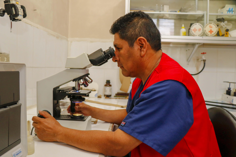 Los casos de pacientes con tuberculosis se detectan en un microscopio que hay en el laboratorio del Programa de Tuberculosis del Área de Salud de Retalhuleu. (Foto Prensa Libre: Rolando Miranda).