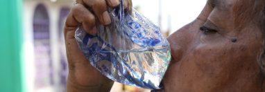 Debido a la escasez de agua entubada muchas personas compran agua en bolsa en Escuintla. (Foto Prensa Libre: Enrique Paredes).