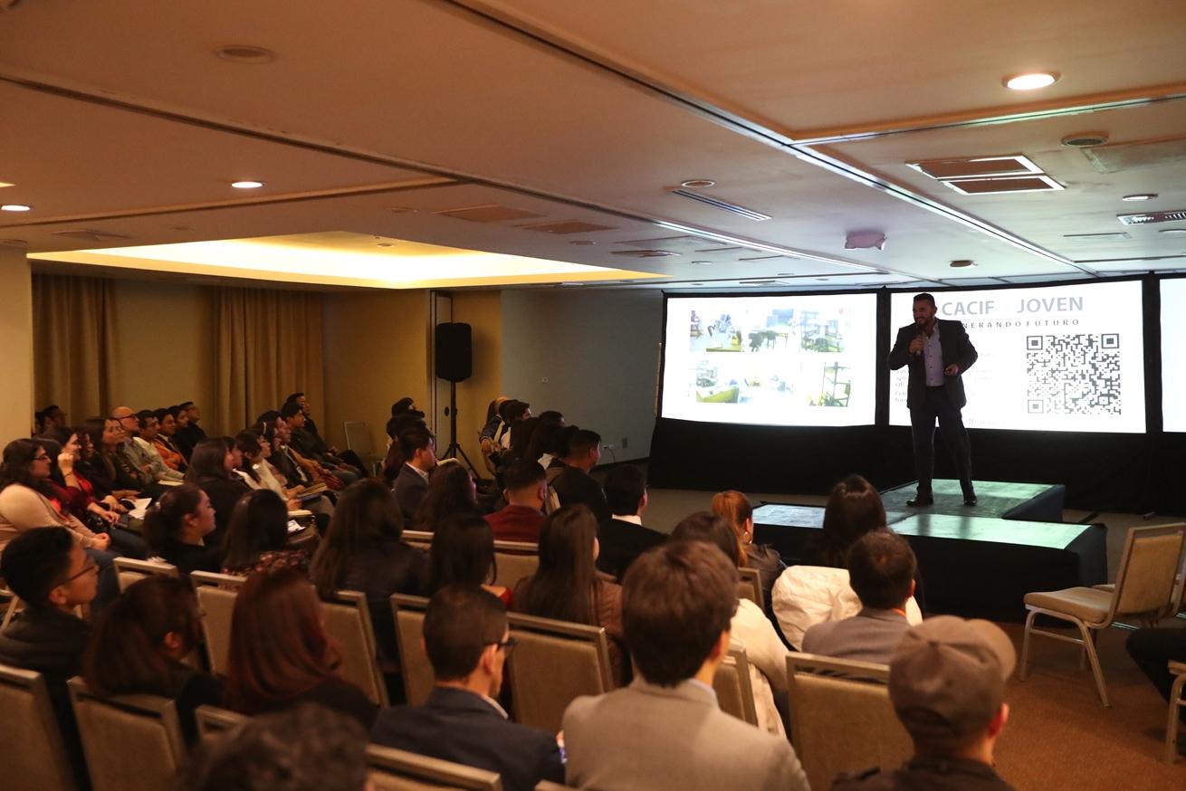 Jovenes escucharon la historia del emprendedor y las recomendaciones en emprendimiento que les dio. (Foto Prensa Libre: María Longo)