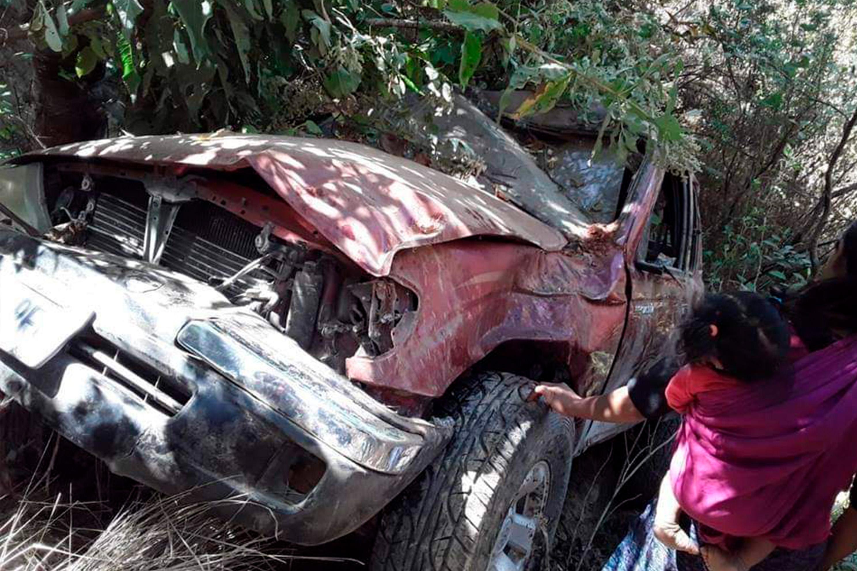 El picop, que, según pobladores, iba sobrecargado, quedó destruido en el fondo del barranco en Concepción Tutuapa, San Marcos. (Foto Prensa Libre: Whitmer Barrera)