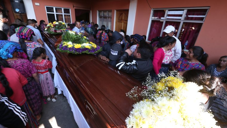 Vecinos de la aldea Nueva Concepción, San Juan Ostuncalco, llegaron a dar el pésame a las familias de los esposos. (Foto Prensa Libre: Mynor Toc)