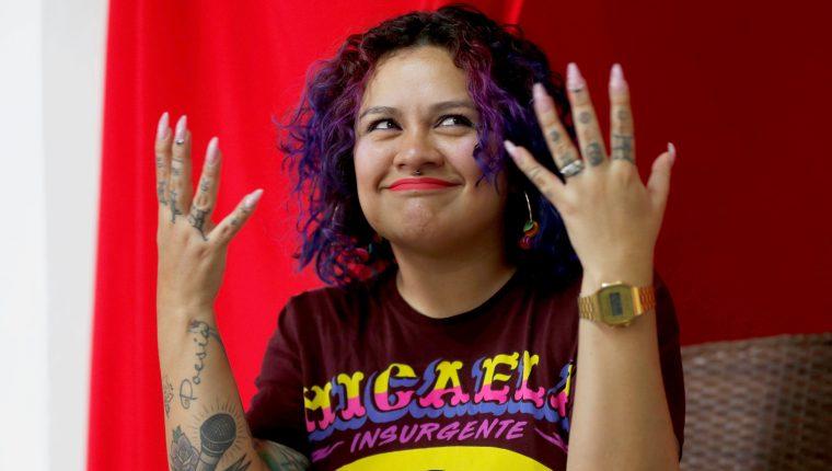 La artista guatemalteca Rebeca Lane comenta sobre la situación de la mujer en Guatemala. (Foto Prensa Libre: EFE)