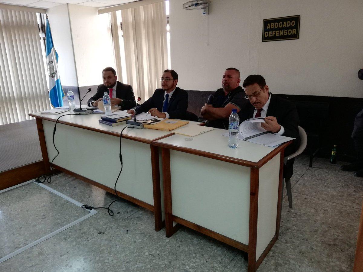 Rony Alexander Ortiz López, conocido como Simón, es acompañado de sus tres abogados Nery Pérez, Sergio Medina y Luis Aguirre. (Foto Prensa Libre: Kenneth Monzón)