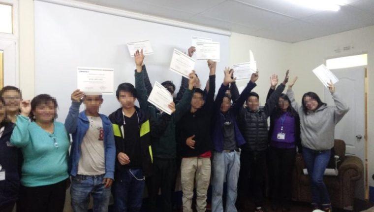 Adolescentes que gozan de libertad participaron participaron de un taller auspiciado por la empresa Xelapan. (Foto Prensa Libre: SBS)