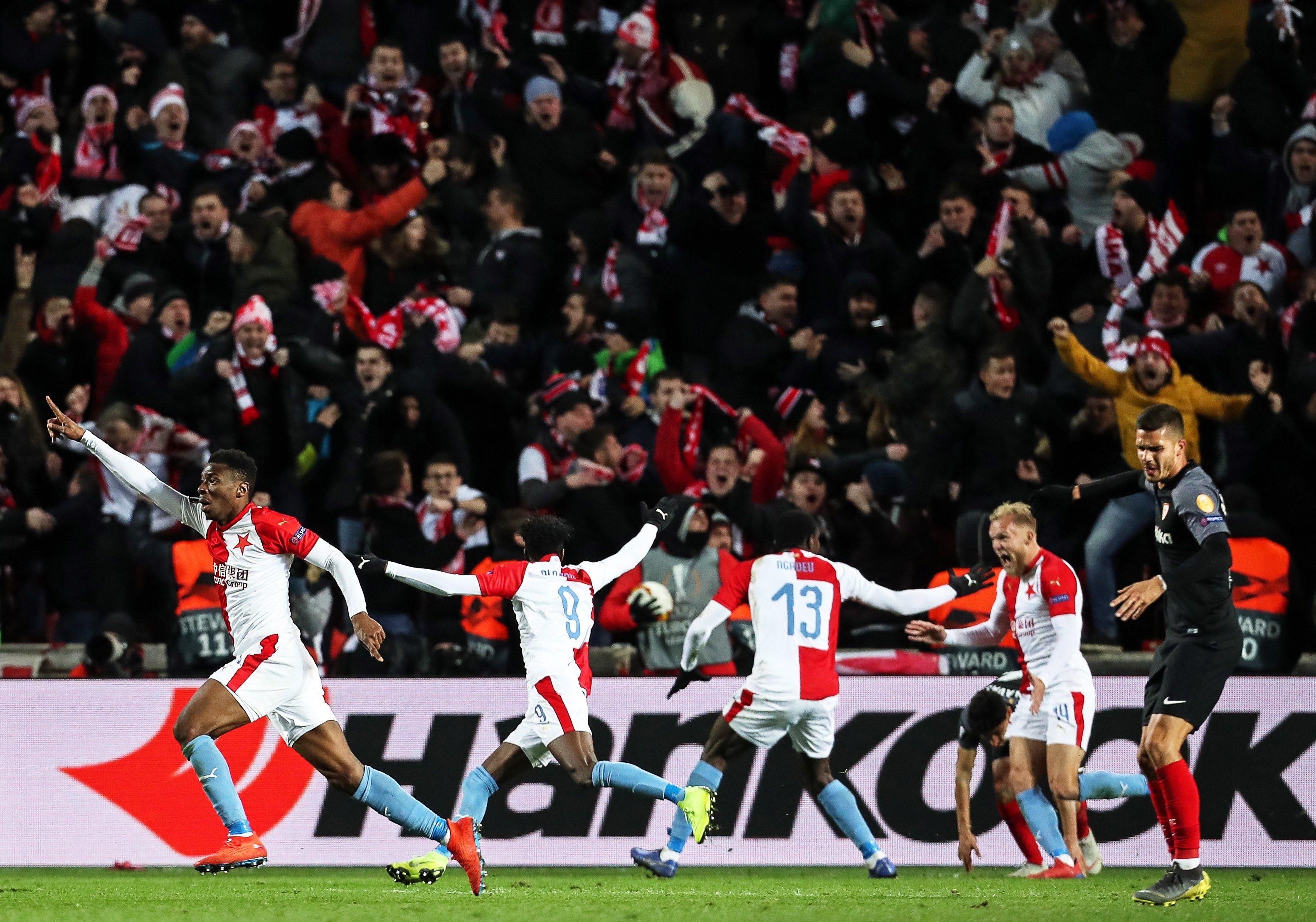 Jugadores del Slavia Praga celebran el 4-3 este jueves durante un partido de la ronda 16 de Liga Europa de la UEFA entre el SK Slavia Praga y el Sevilla FC (Foto Prensa Libre: EFE)
