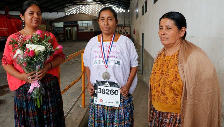La atleta q'eqchi' María del Carmen Tun Cho, junto a Inocenta Macz, de Incide, y la entrenadora Herlinda Xol. (Foto Prensa Libre: Eduardo Sam Chun)