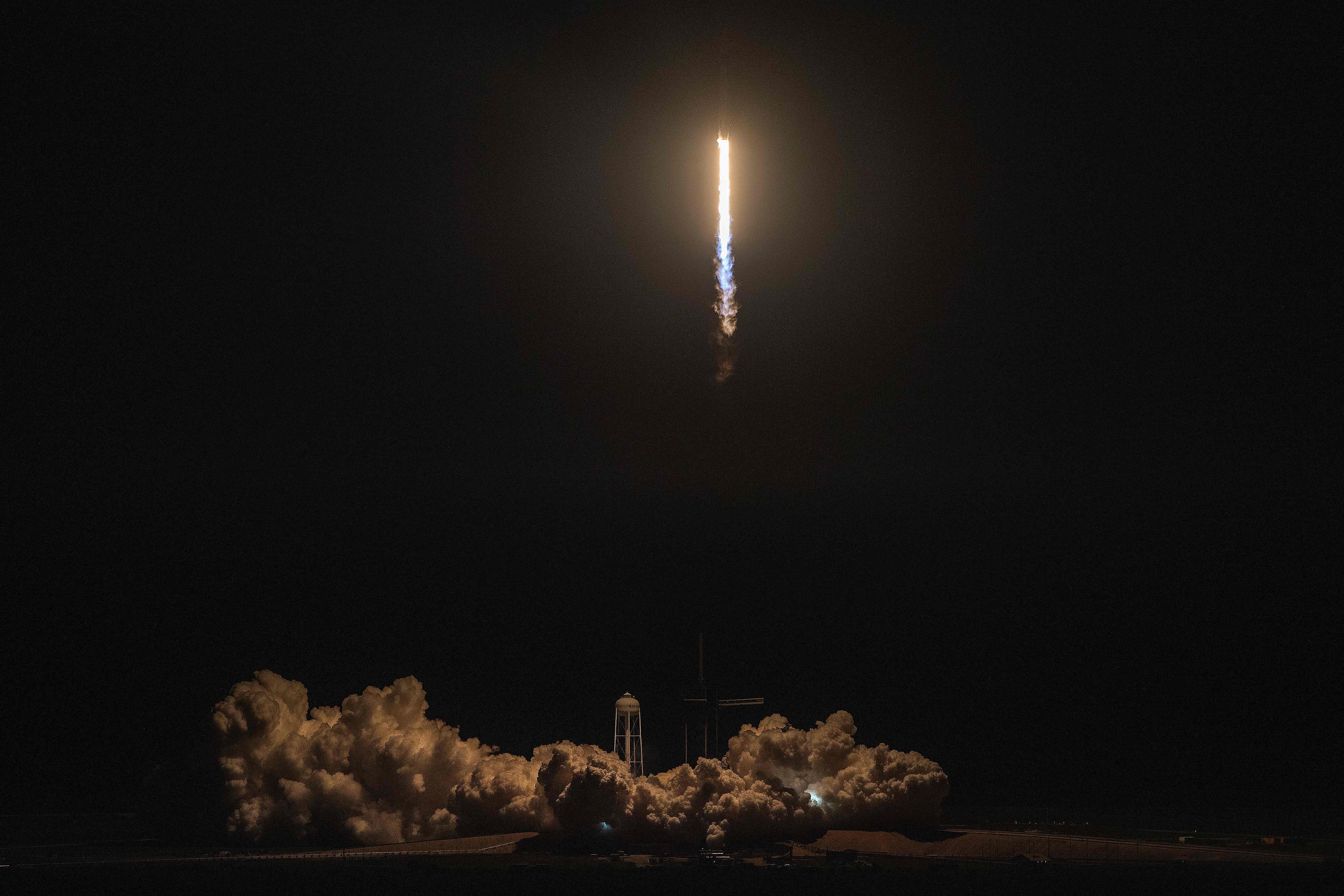 El cohete SpaceX Falcon 9 con la nave espacial Crew Dragon a bordo de la compañía despega durante la misión Demo-1, en el Centro Espacial Kennedy en Florida, EE. UU. (Foto Prensa Libre: AFP)
