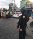 Los taxistas bloquearon el paso frente al Juzgado de Mixco en protesta por la captura de uno de sus compañeros. (Foto Prensa Libre: Cortesía)