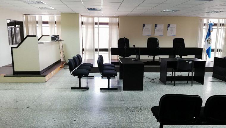 La sala de audiencias del Tribunal de Mayor Riego E carece de equipo para  videoconferencia. (Foto Prensa Libre: Kenneth Monzón)