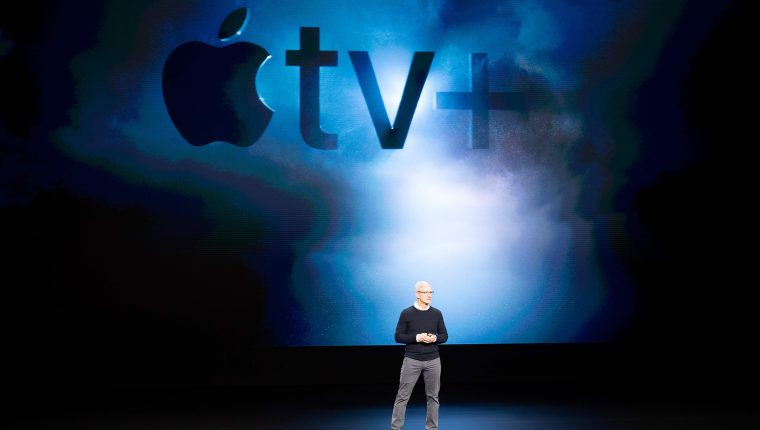 """Tim Cook presenta el servicio de """"streaming"""" , """"Apple tv+"""", con el que Apple busca competir en la industria del contenido bajo demanda. (Foto Prensa Libre: AFP)"""