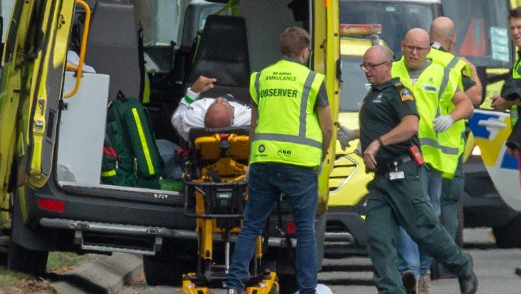 Socorristas trasladan a uno de los heridos en Christchurch, Nueva Zelanda. (Foto Prensa Libre: EFE)