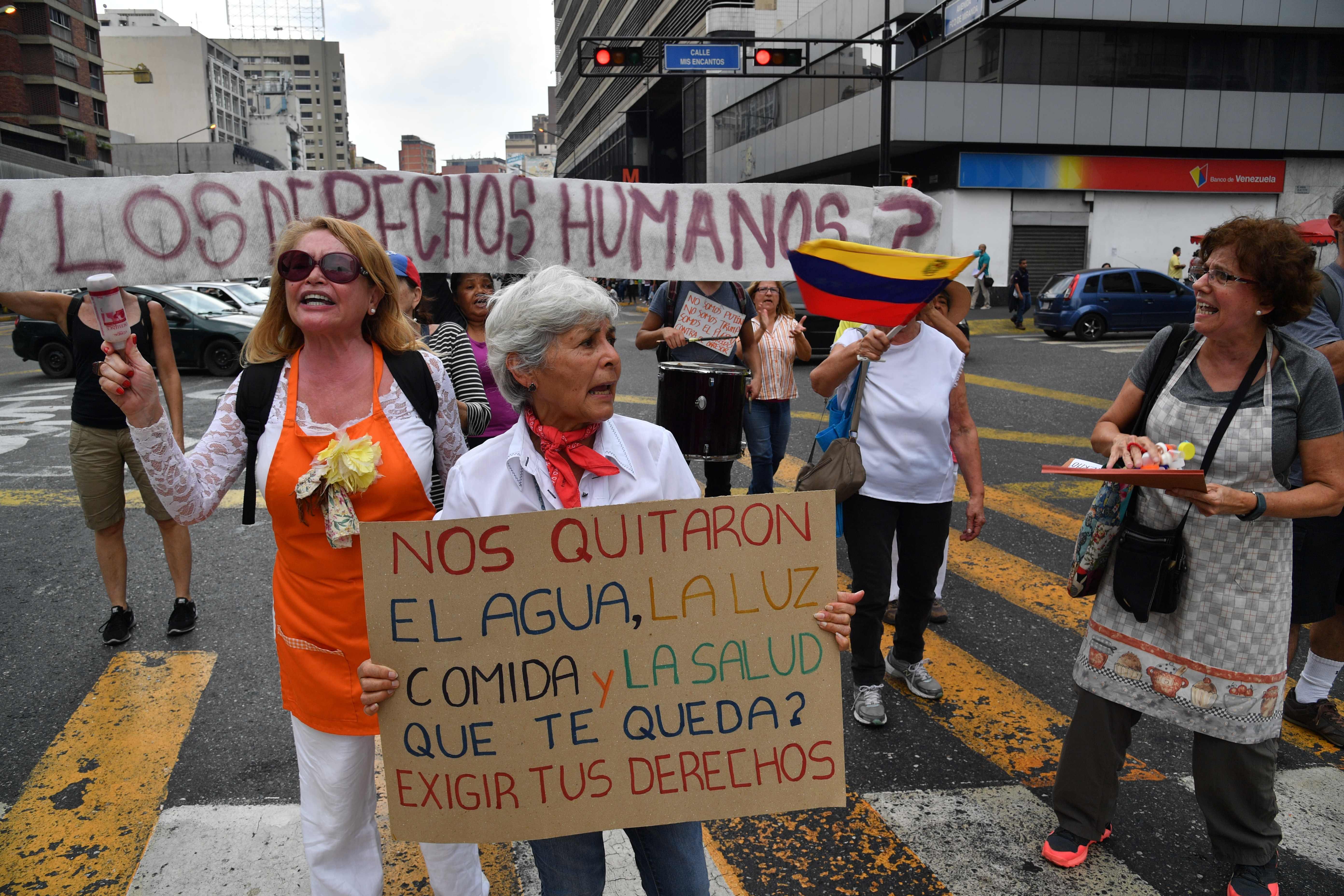 Los manifestantes antigubernamentales se manifiestan contra la escasez de todo tipo en Venezuela, en el barrio de Chacao en Caracas. (Foto Prensa Libre: AFP)