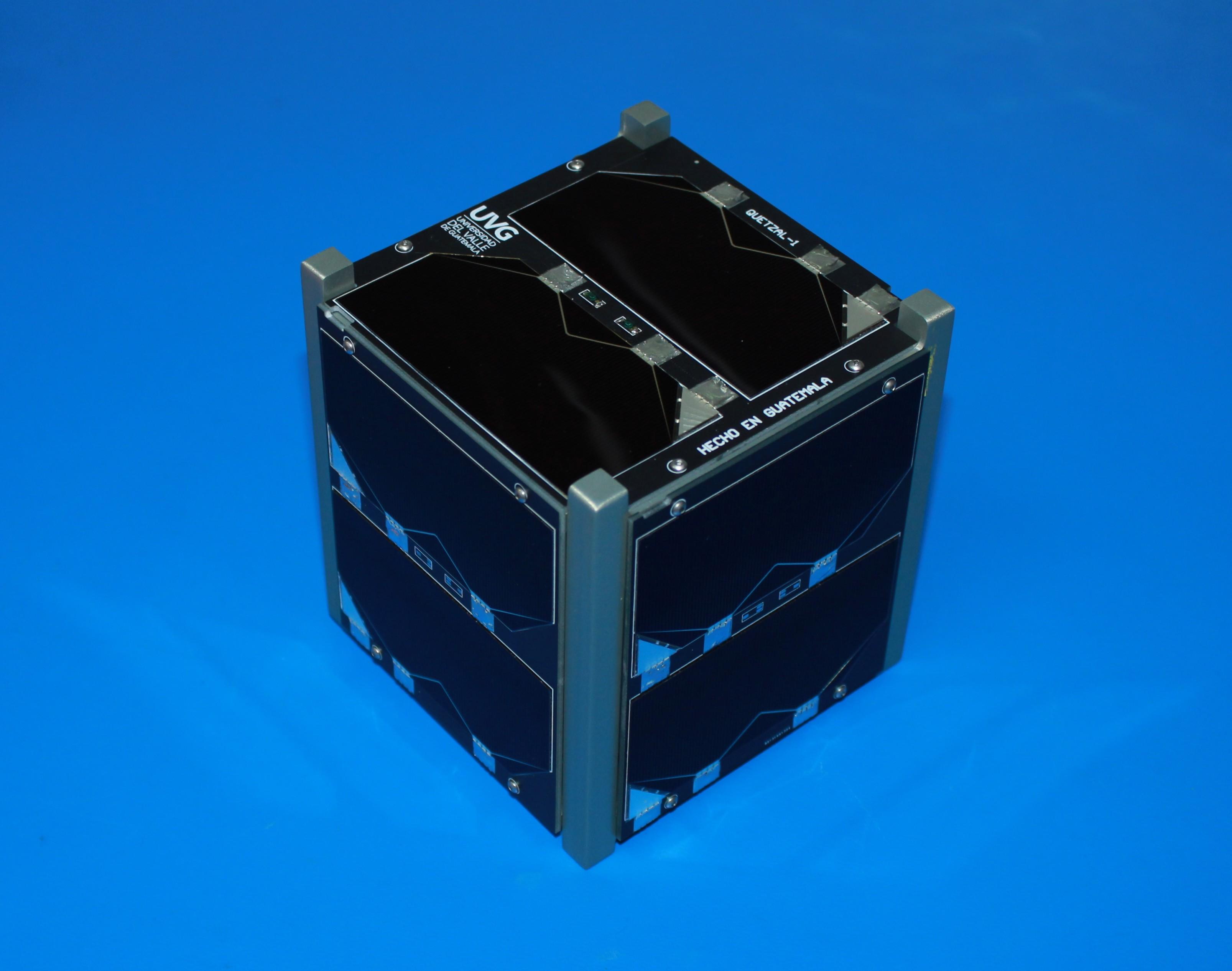 Quetzal-1, el primer satélite guatemalteco,   fue armado la semana pasada con sus paneles solares por primera vez. (Foto Prensa Libre, cortesía de Víctor Ayerdi)