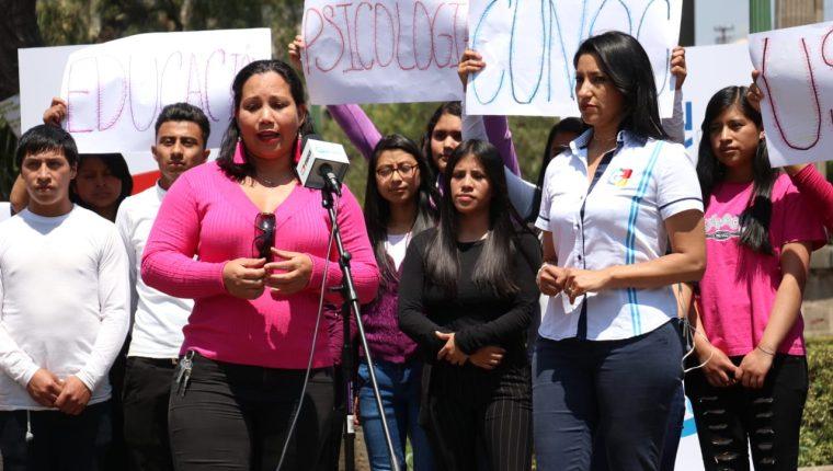 Estudiantes conversan durante la transmisión de Cabildo Abierto con la periodista Eslly Melgarejo. (Foto Prensa Libre: Raúl Juárez)
