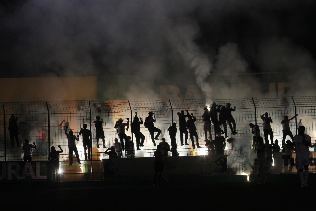 Los aficionados de Comunicaciones utilizaron juego pirotécnicos en el partido Deportivo Petapa vs Comunicaciones. (Foto Prensa Libre: Norvin Mendoza)