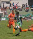 Alejandro Díaz fue una verdadera pesadilla para los defensas de Deportivo Siquinalá. (Foto Prensa Libre: Julio Sicán)