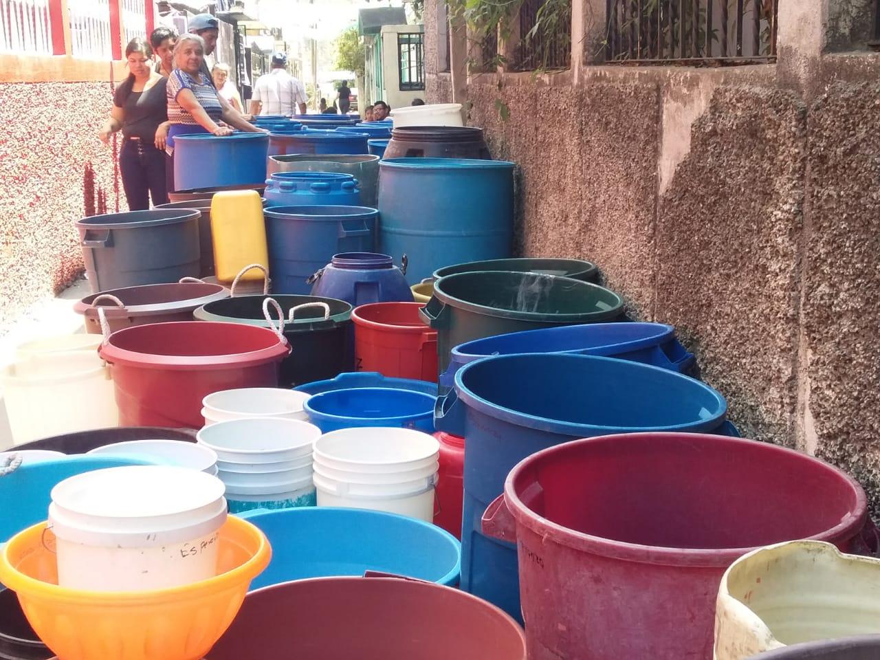 Vecinos de Santa Faz, Chinautla, deben comprar agua todos los días, debido a que no cuentan con el servicio desde hace varias semanas.(Foto Prensa Libre: cortesía)