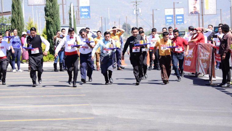 Los competidores debían hacer el recorrido en el menor tiempo posible sin que se cayera ninguno de los artículos que llevaban en la charola. (Foto Prensa Libre: Raúl Juárez)