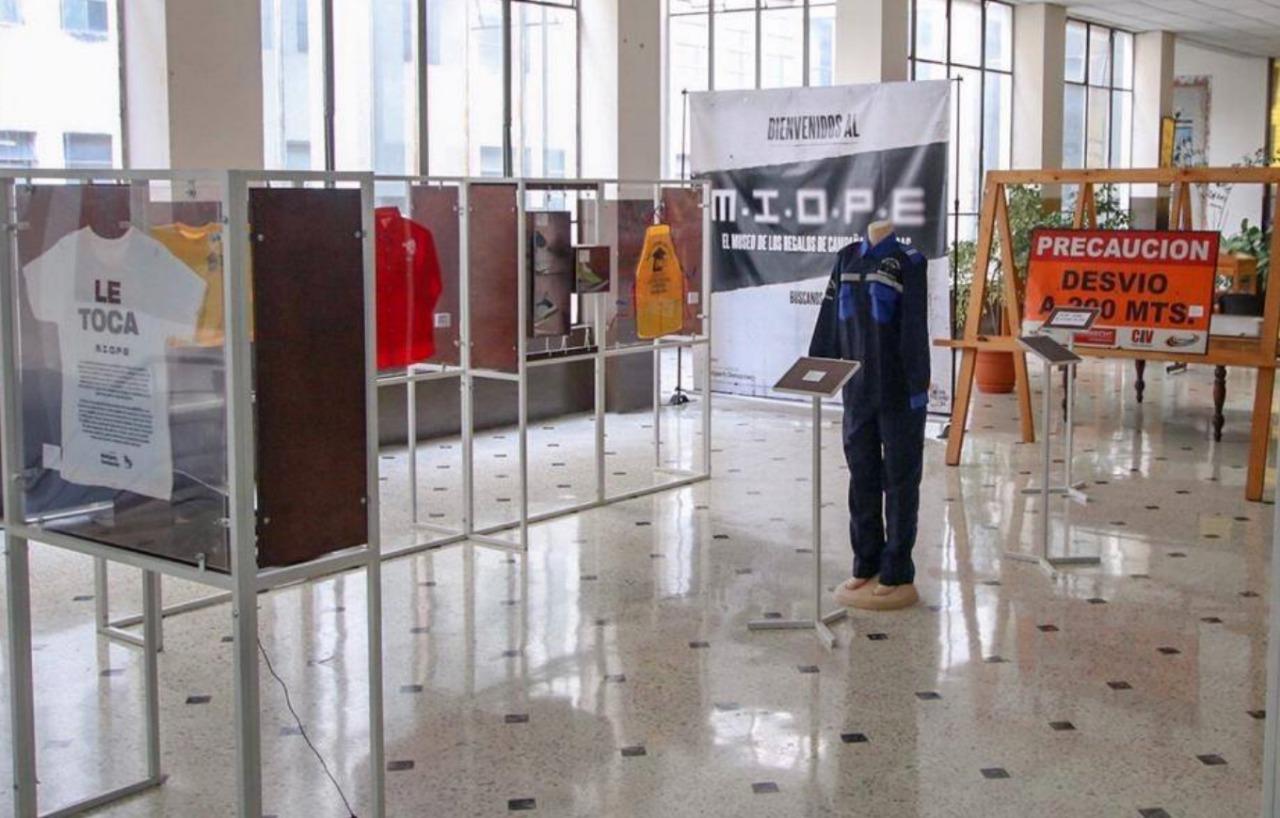 Parte de la exposición de objetos regalados por los políticos para captar votos. (Foto Prensa Libre: Andrea Domínguez)