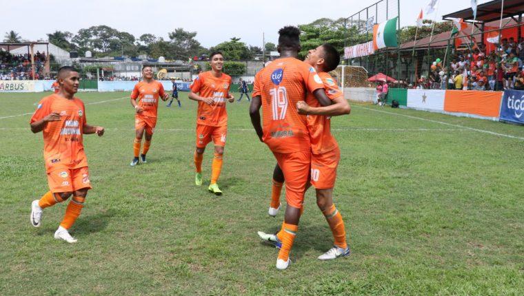Los jugadores de Siquinalá celebran después de la anotación de Henry Mancilla. (Foto Prensa Libre: Carlos Paredes)