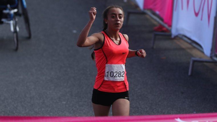 Heidi Villegas celebra al cruzar la meta en la prueba de diez kilómetros de la Carrera Avón. (Foto Prensa Libre: Esbin García)