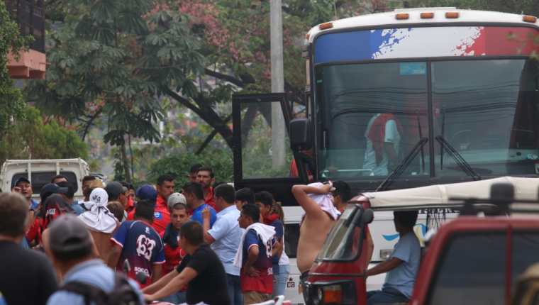 Aficionados de Xelajú MC agredieron al entrenador altense Ramiro Cepeda. (Foto Prensa Libre: Raúl Juárez)