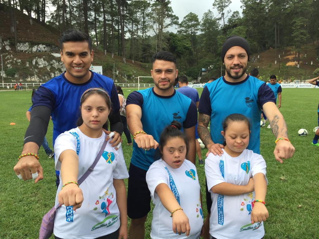 Luis Tatuaca, Víctor Guay y Jonathan Charquero comparten con los niños con Síndrome de Down que visitaron al plantel cobanero. (Foto Prensa Libre: La Red)