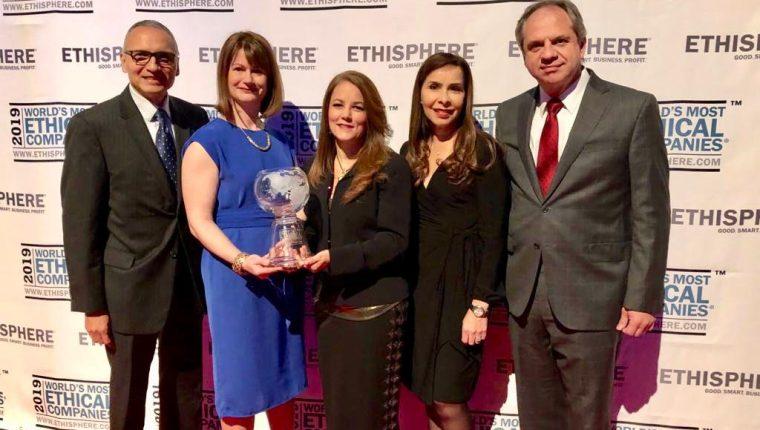 Directivos de Cementos Progreso reciben el galardón, en Nueva York. (Foto: Cortesía)
