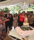 Carolyn Davidson, Embajadora Británica, al partir el pastel en honor de la Reina Elizabeth Segunda.
