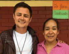El actor guatemalteco Arturo Castro junto a Carmen Molina, directora del establecimiento educativo beneficiado. (Foto Prensa Libre: Cortesía)