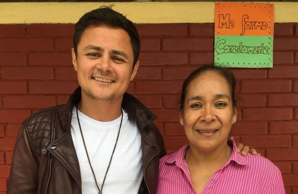 """Actor guatemalteco que participó en la serie """"Narcos"""" dona un laboratorio de cómputo a una escuela y lo bautiza con el nombre de su madre"""