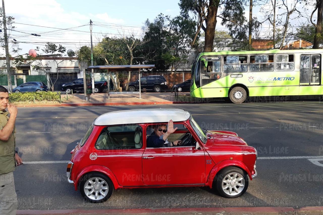 Jimmy Morales saluda mientras se pasea en un Mini Cooper clásico por la zona 2 capitalina. (Foto Prensa Libre: cortesía Gustavo González)