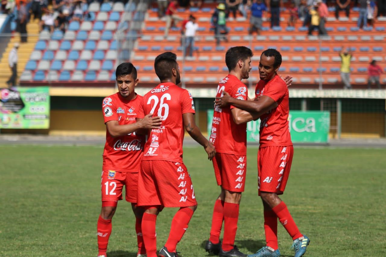 Malacateco le da un golpe al corazón de Chiantla. (Foto Prensa Libre: Mike Castillo)