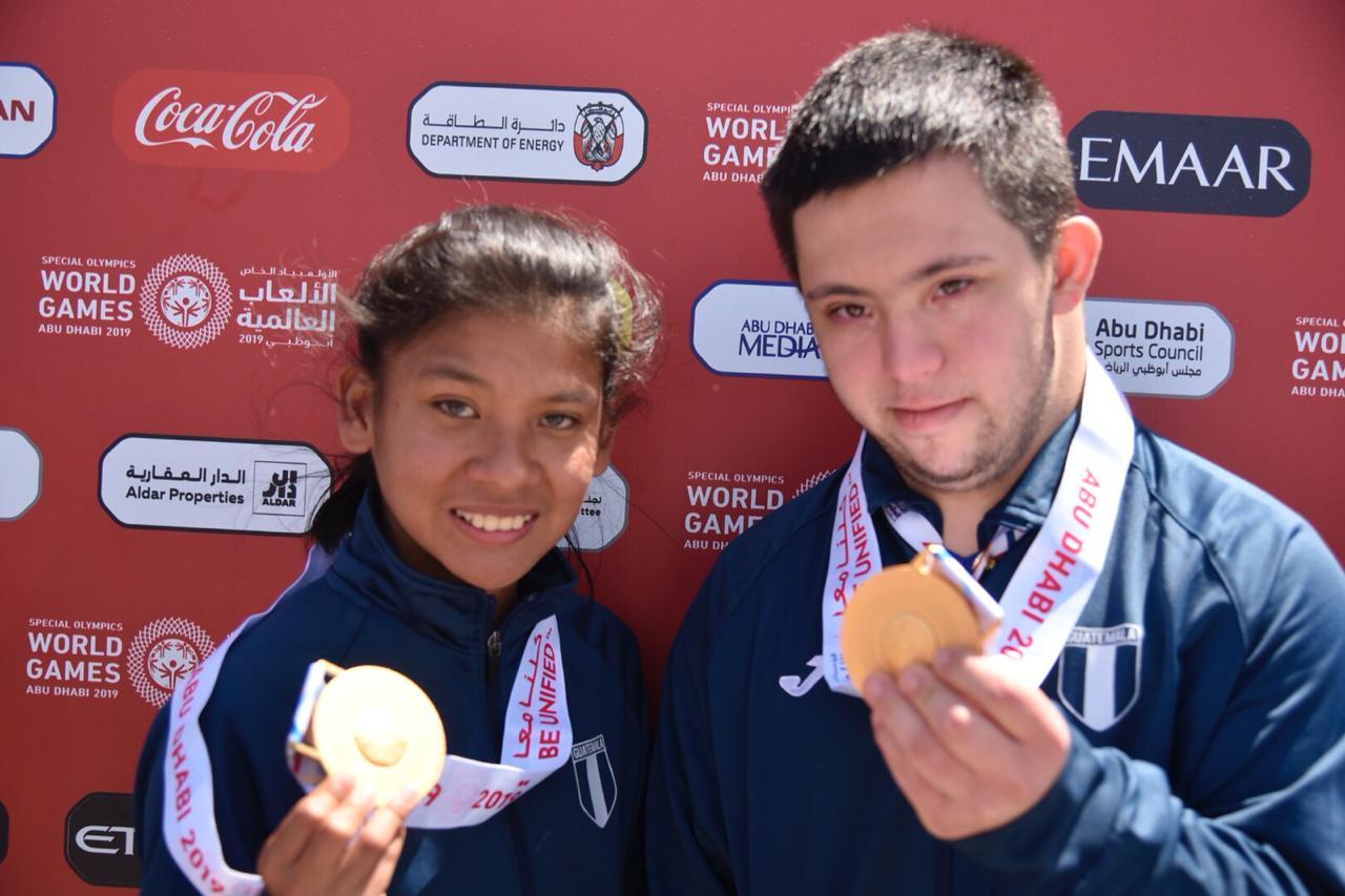 Diana Monterroso posa junto a Mohamed Zimeri con sus respectivos metales dorados. (Foto Prensa Libre: Olimpiadas Especiales Guatemala)