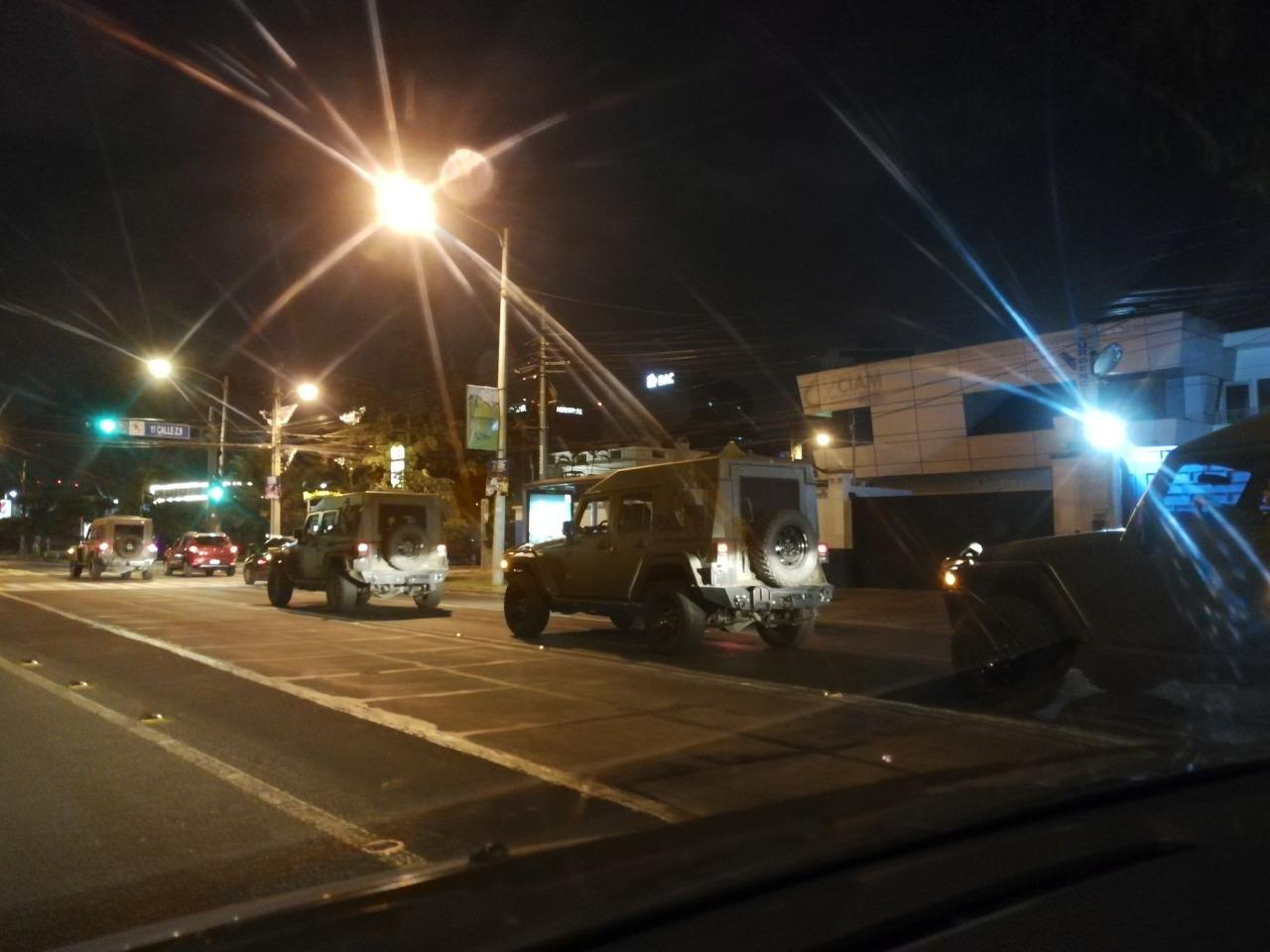Usuarios captan a los vehículos J8 por calles de la ciudad. (Foto: Cortesía Henry Morales Arana)