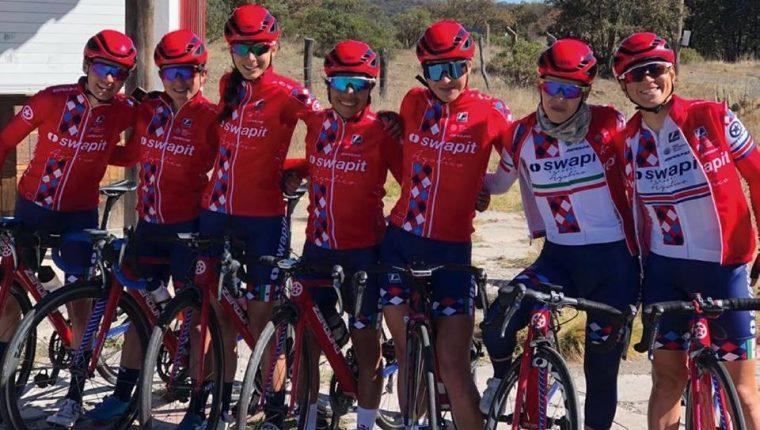 Gabriela Soto -centro- fue la figura del equipo en el primer evento que tuvieron en el Reto Ciudad Guzmán-Manzanillo, México, que se disputó el mes pasado. (Foto Prensa Libre: Cortesía)