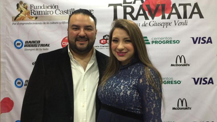 """El tenor guatemalteco Mario Chang y la soprano María José Morales invitan al público a asistir a la presentación de """"La Traviata"""" (Foto Prensa Libre)"""