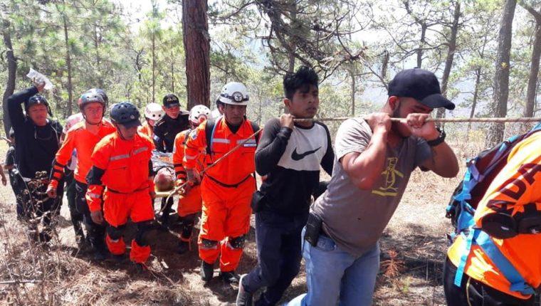 Brigada rescata a piloto Mario Palacios, quien luego de un accidente fue localizado en una montaña de Salamá. (Foto Prensa Libre: Bomberos Voluntarios de Salamá).