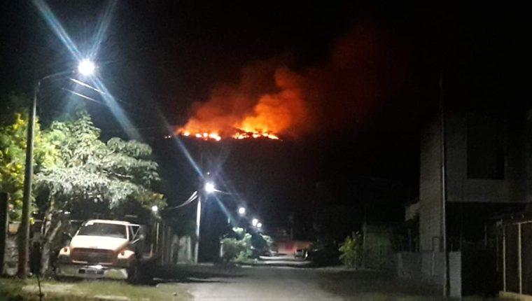 Vecino de Santa Elena, Petén, captan incendio forestal y piden ayuda a las autoridades. (Foto Prensa Libre: Cortesía)