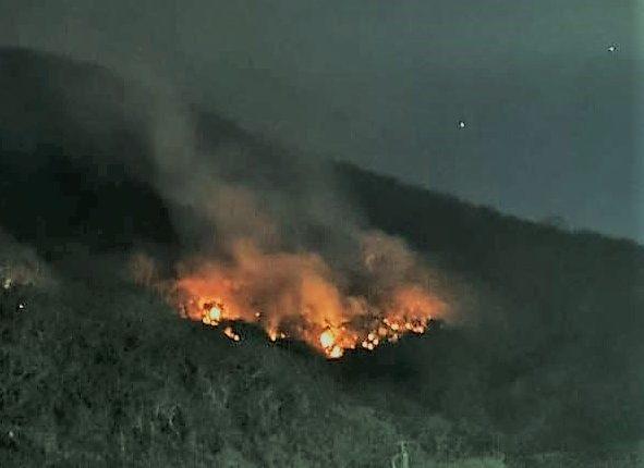 El incendio forestal en el cerro de San Juan Gascón lleva la menos diez días según la Conred.(Foto Prensa Libre: cortesía de Antigua al Rescate)